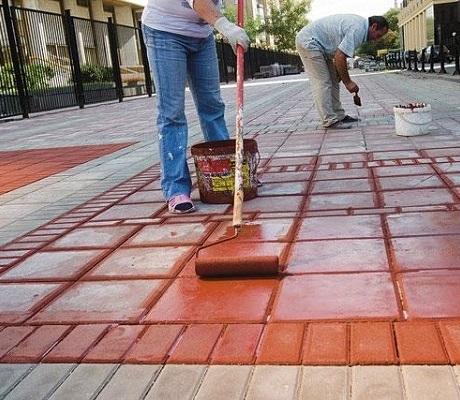 Как покрасить тротуарную плитку